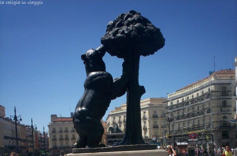 Madrid, l'orso e il corbezzolo in bronzo, simbolo della città, a Puerta del Sol