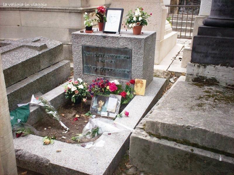 La tomba di Jim Morrison nel cimitero di Père Lachaise, a Parigi