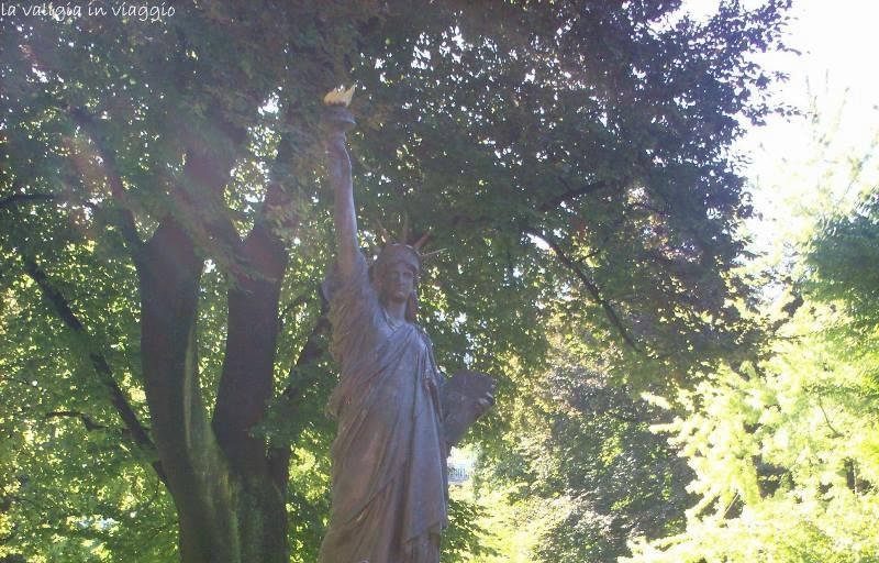Una delle tre copie della Statua della Liberta, a Parigi, in Le Jardin du Luxembourg