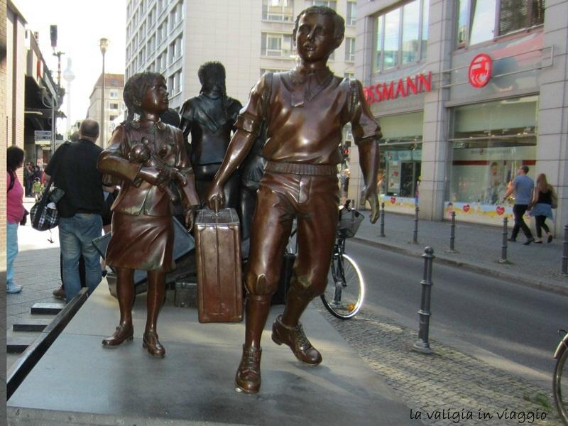 Monumento davanti a Bahnhof Friedrichstrasse