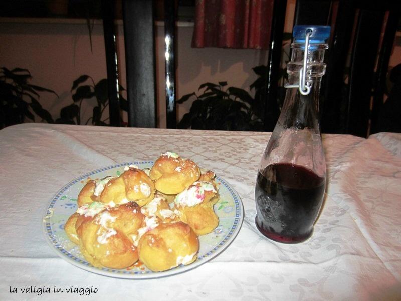 La bottiglia di cherry di ciliegie, in questa foto accompagnato dai bignè alla crema, entrambi preparati da Nonna Felicetta.