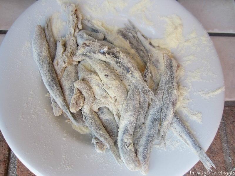 Le alici passate nella farina prima di essere fritte