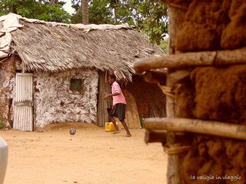 Giocando con un pallone fatto di carta, in un villaggio del Kenya